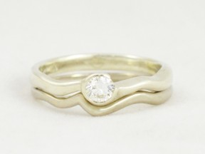 Two alloys of white gold in a diamond solitaire.